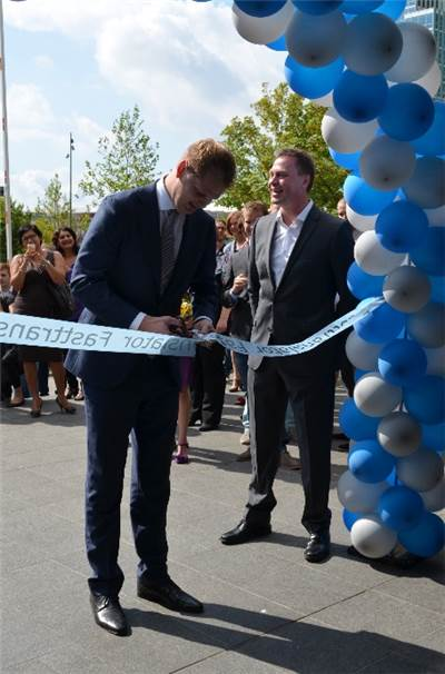 Almere city official cutting the ribbon for the opening of the office.